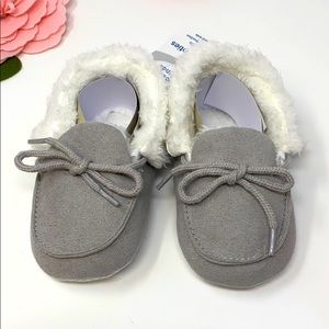 NWT Kids Grey furry slippers w/ties Size: 12-18 m